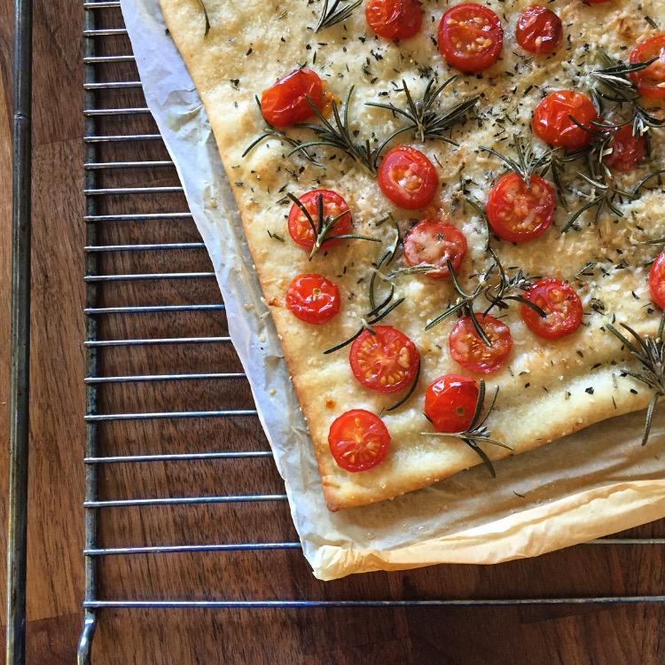 Pizza bianco med rosmarin og tomater