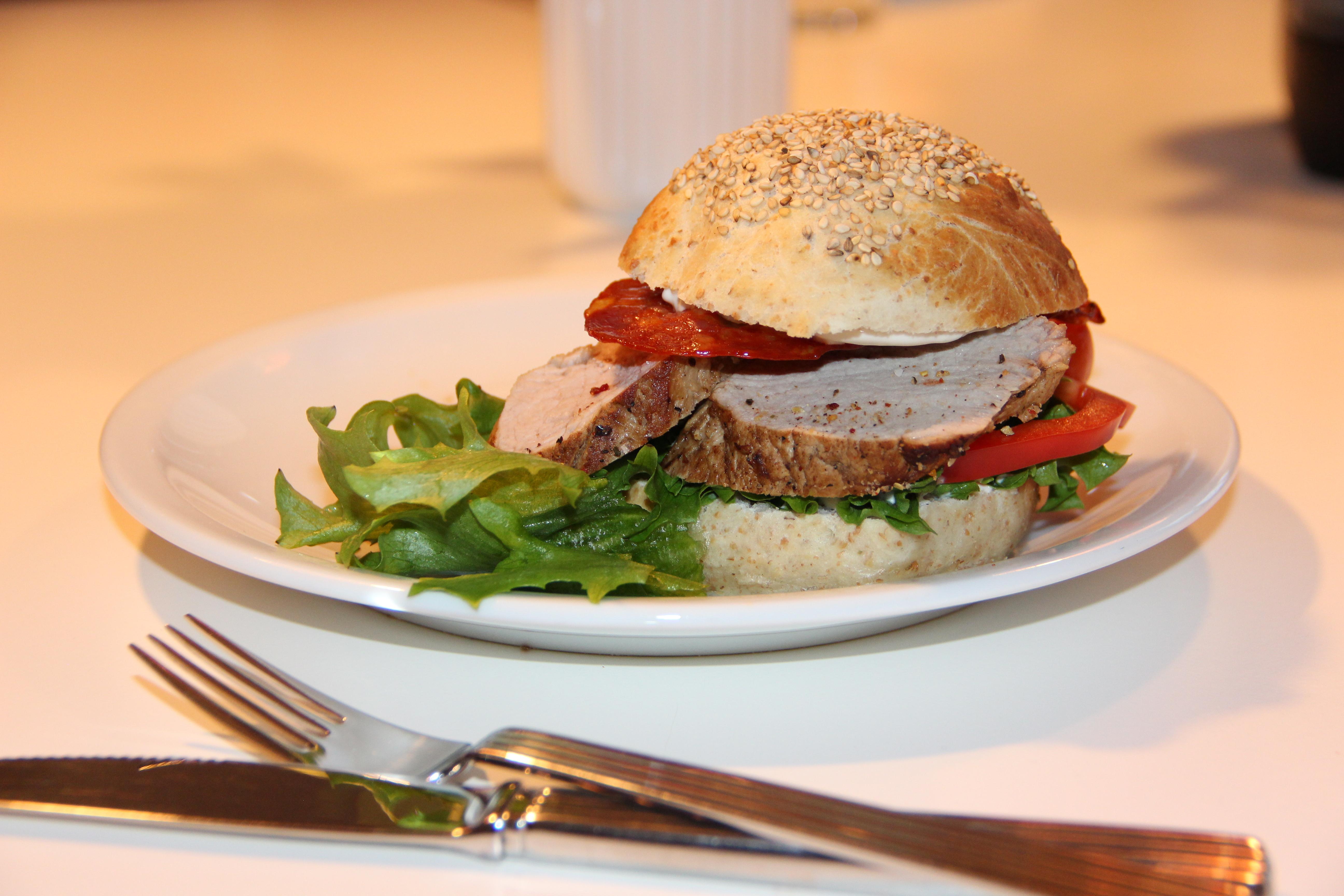 Mørbrad burger med hvidløgsmayo, chorizo og bacon