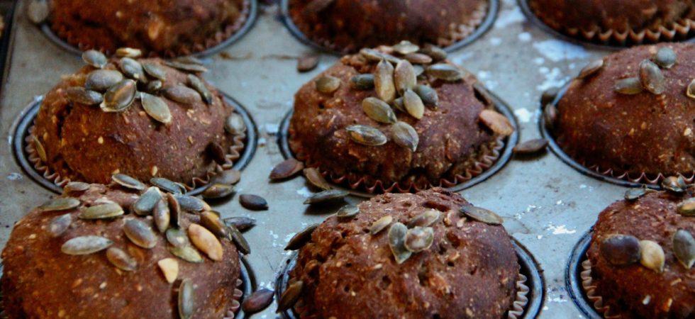 Rugbrødsboller med abrikos og græskarkerner